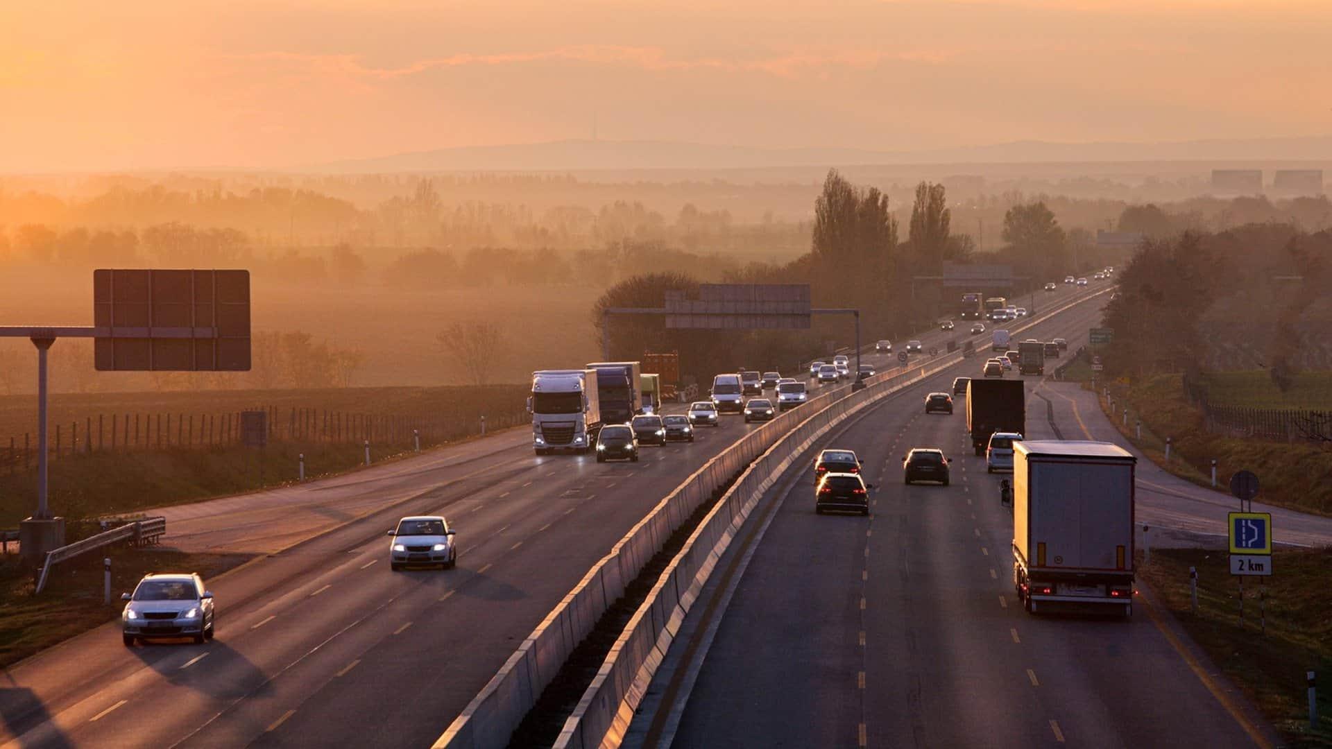 Prowadzenie firmy transportowej pozwala nam dokładnie rozumieć potrzeby współpracujących z nami przewoźników.